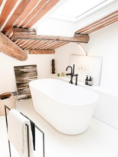 Réhabilitation totale d'un appartement sous les toits dans le centre ville d'Aix : 32d9850d-458e-42c4-9d87-e3cf006429ed.JPG